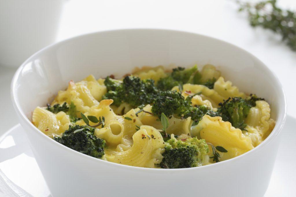Brokkolisoße mit Mozzarella zu Makkaroni