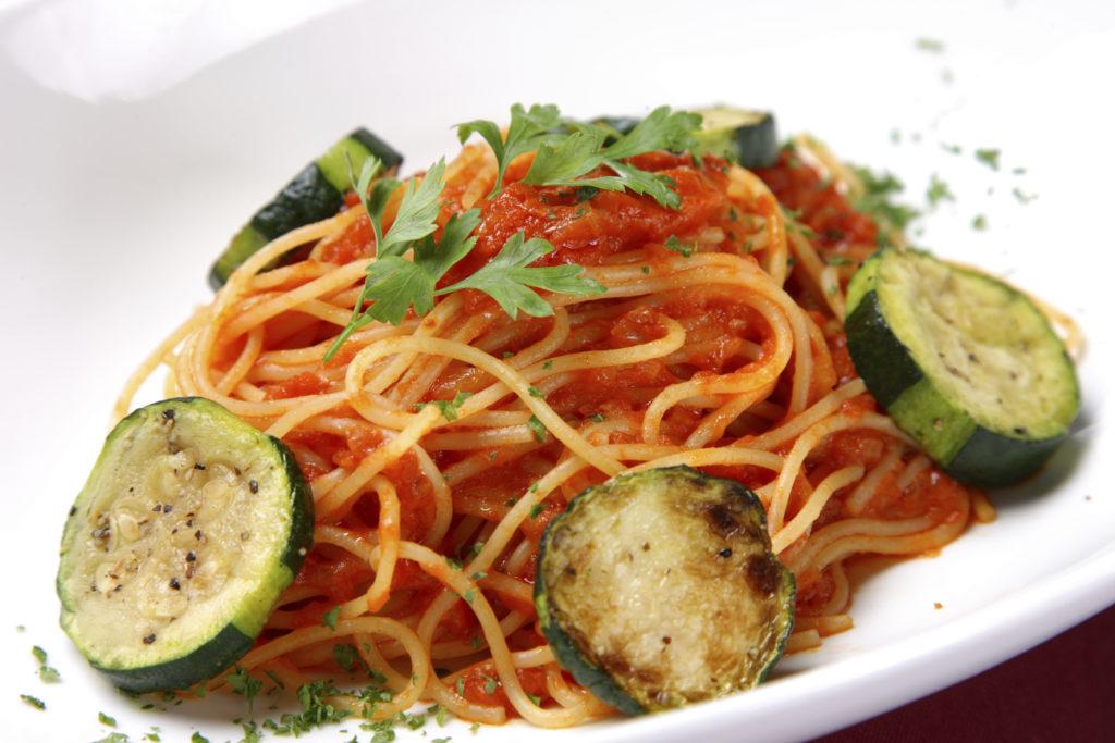 zucchini tomatenso e zu spaghetti rezept von pastaweb. Black Bedroom Furniture Sets. Home Design Ideas