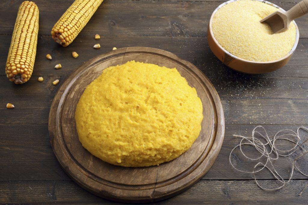 Polenta ist ein meist aus Maisgrieß hergestellter fester Brei.
