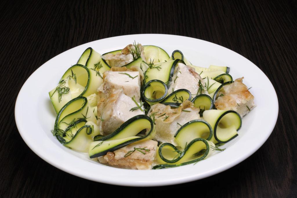 Zucchinisalat mit Hähnchenbrust