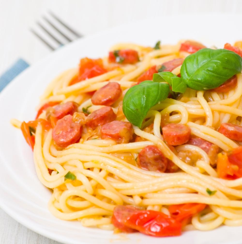 Tomatensoße mit getrockneten Tomaten und Salami
