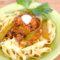 Bandnudeln an geschmortem Gemüse und Mozzarella