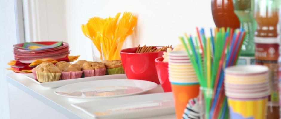 Pappteller, Servietten, Brötchentüten und auch Nudelkartons sind häufig mit gesundheitsgefährdenden Substanzen belastet. Diese möchte die Regierung nun verbieten lassen.