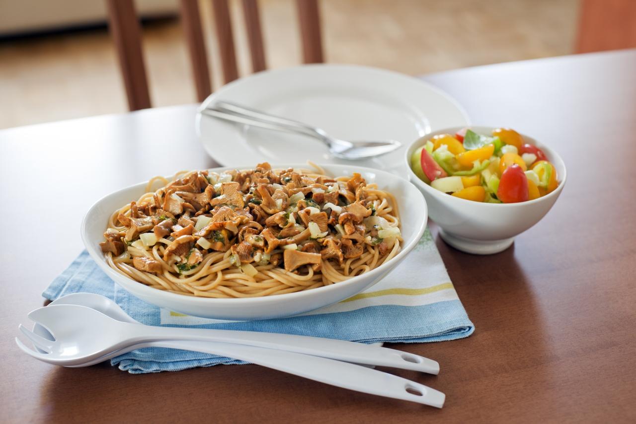 selbst gemachte pasta mit pfifferlingen rezept von pastaweb. Black Bedroom Furniture Sets. Home Design Ideas