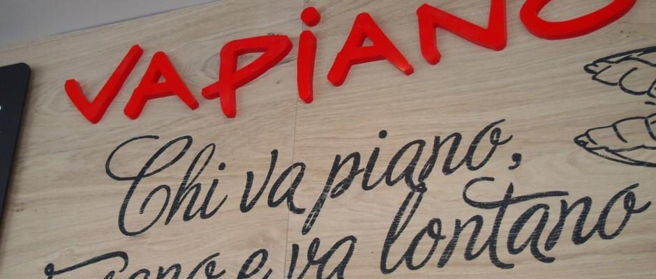 Der Slogan von Vapiano lautet: Chi va piano, va sano e va lontano, Italienisch für etwa 'Wer das Leben locker und gelassen angeht, lebt gesünder und länger'.