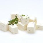 Der griechische Salzlakenkäse Feta ist ursprünglich ein drucklos ausgemolkter Schafskäse.