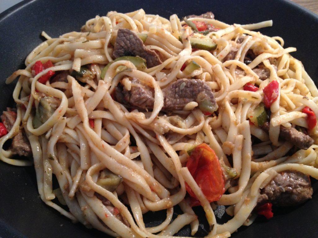 Linguine mit Steakhüfte und mediterranem Gemüse