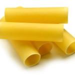 Cannelloni werden hergestellt, indem man Teigplatten aufrollt.