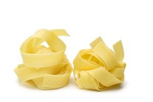 Die üblicherweise mindestens einen Zentimeter breiten Pappardelle stammen aus der Toskana.