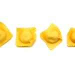 Ravioli sind eine italienische Nudelspezialität, die je nach Region unterschiedlich gefüllt und serviert wird.