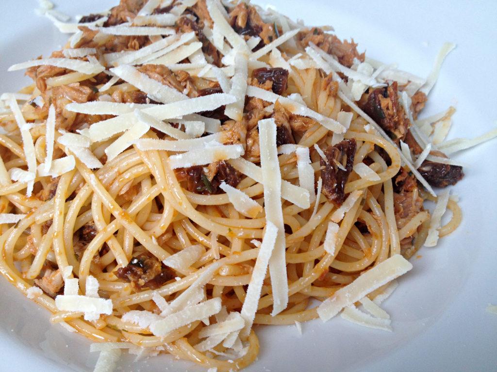 Spaghetti mit Lachs und getrockneten Tomaten