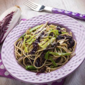 Spaghetti mit rotem Chicorée und Lauch