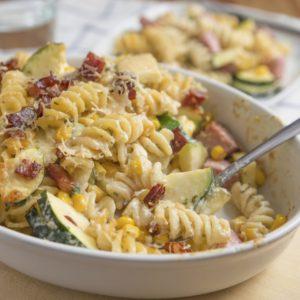 Überbackener Nudelauflauf mit Zucchini und Schinken
