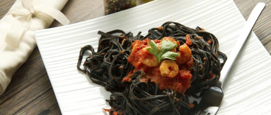 Garnelen auf schwarzen Spaghetti