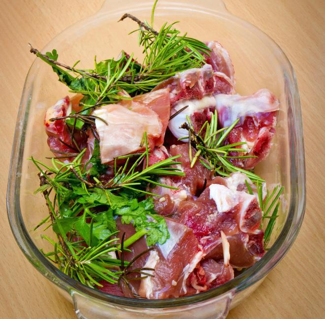 Lammragout mit weißen Bohnen - Agnello spezzato