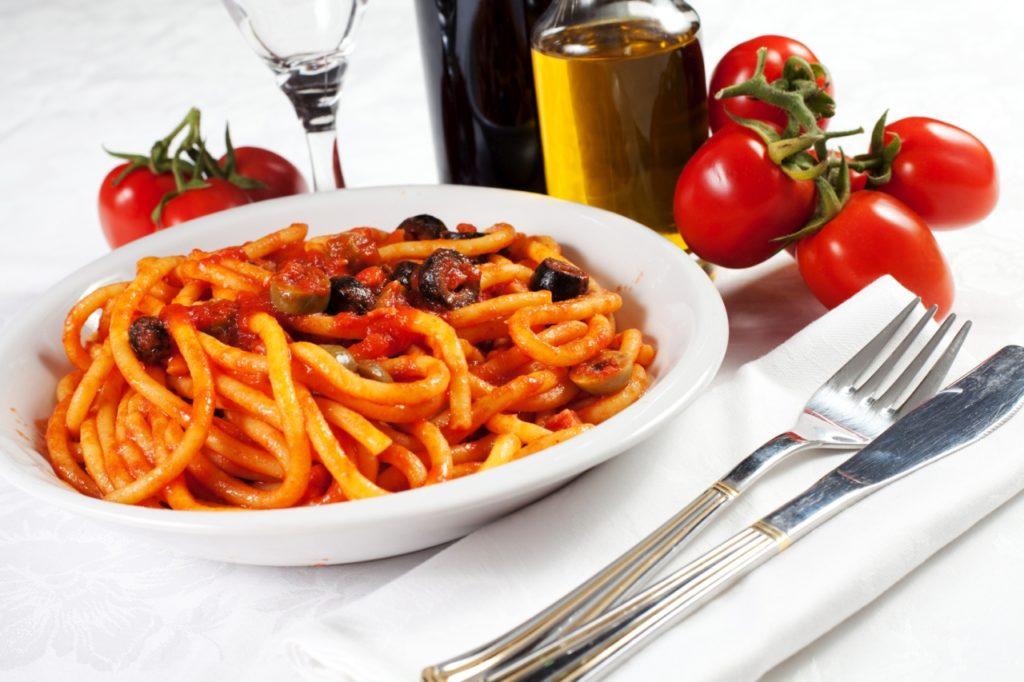 Makkaroni all'Arrabbiata mit Oliven