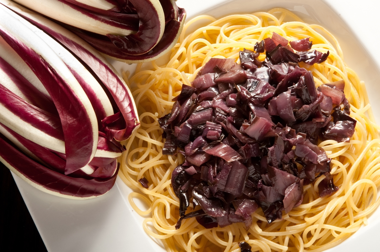 radicchio so e zu spaghetti rezept von pastaweb. Black Bedroom Furniture Sets. Home Design Ideas