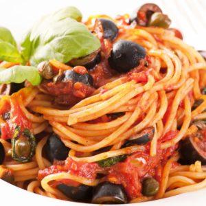 Scharfe Oliven-Tomatensoße zu Spaghetti