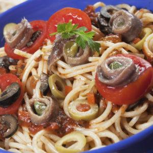 Spaghetti alla puttanesca – mit Sardellen-Tomatensoße