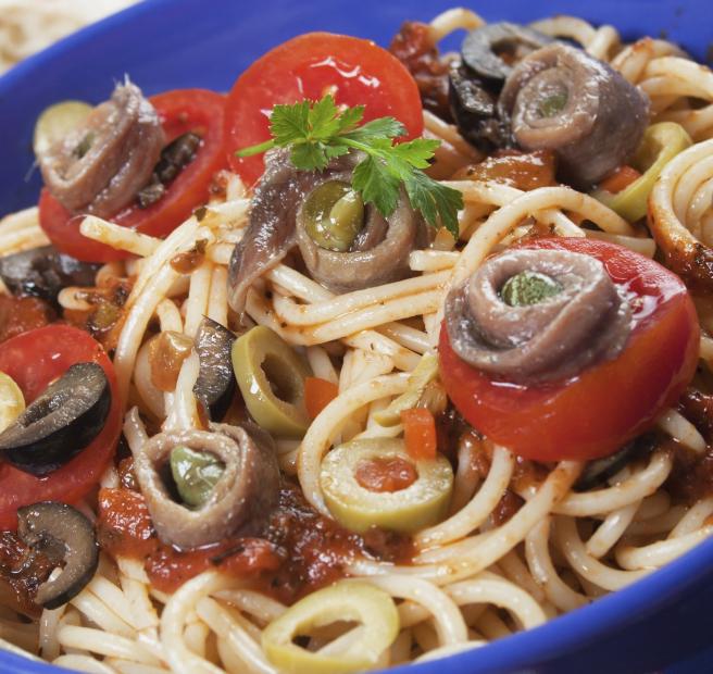 Spaghetti alla puttanesca - mit Sardellen-Tomatensoße