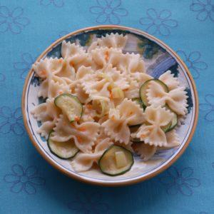 Zucchini gebacken mit Minze auf Farfalle