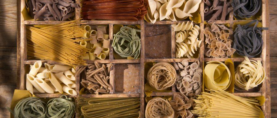 Trockene Lebensmitteln wie Nudeln, Reis, Haferflocken oder Weizengrieß können Spuren aromatischer Mineralöle enthalten.