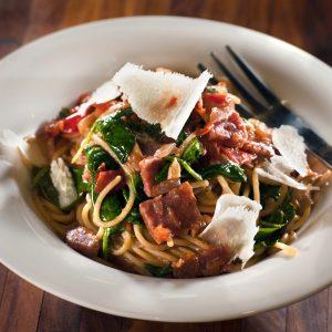 Tomatige Spinat-Pasta mit Salami