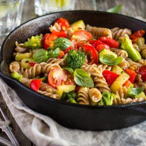Vollkornnudelpfanne mit frischem Gemüse