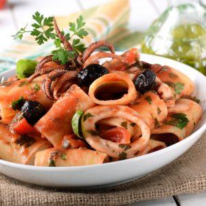 Calamari-Pasta mit Tomaten und schwarzen Oliven