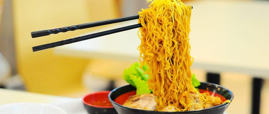 """Die in Mode gekommenen """"Flying Noodles"""" sind eine kulinarische Illusion."""