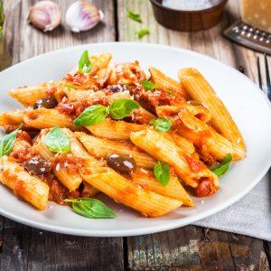 Tomatige Rigatoni mit Oliven und Basilikum