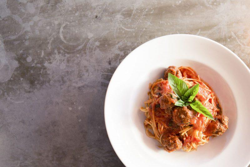 Tomatige Fleischbällchen auf Spaghetti