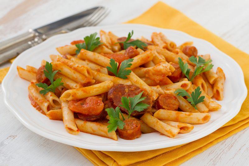 Makkaroni mit Chorizo und Tomatensoße