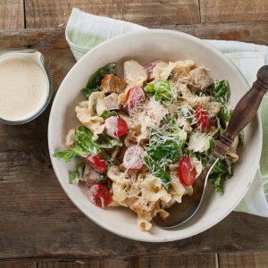 Nudelsalat mit Hähnchen und Avocado