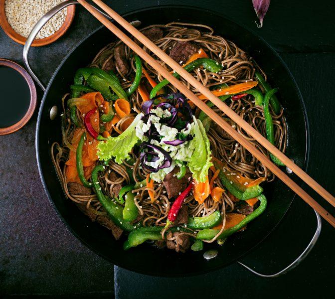 Asiatische Sobanudeln mit Rindfleisch und Gemüse