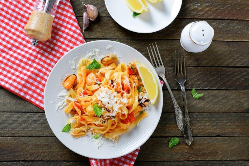 Bandnudeln an Meeresfrüchten mit leckerem Parmesan