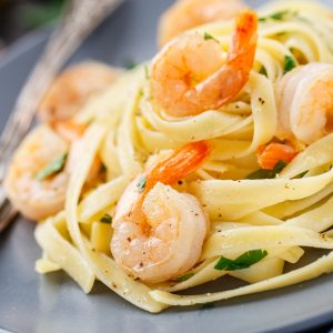 Tagliatelle mit Shrimps und Petersilie