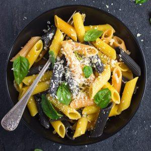 Bunte Penne mit Parmesan und Basilikum