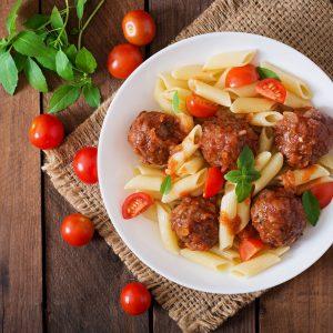 Penne mit Fleischbällchen und Tomatensoße