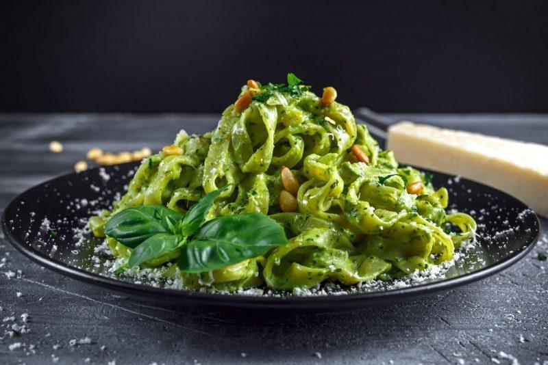 Tagliatelle mit Bärlauch-Basilikum-Pesto