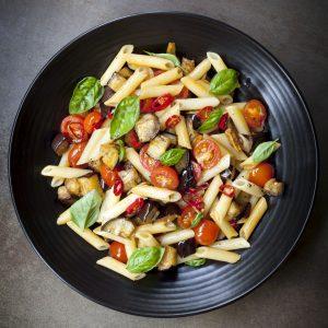 Vegetarische Penne mit Auberginen und Tomaten