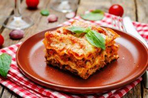 Beim Zubereiten der Lasagne ist, im wahrsten Sinne des Wortes, Schichtarbeit angesagt.