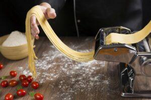 Selbstgemacht schmeckt am besten: Das Herstellen von Spaghetti ist ein Kinderspiel.