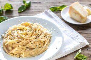 Cacio e Pepe ist ein köstliches Nudelgericht mit nur drei Zutaten. Für die perfekte Mahlzeit muss aber einiges beachtet werden.